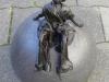beeld op grote bol